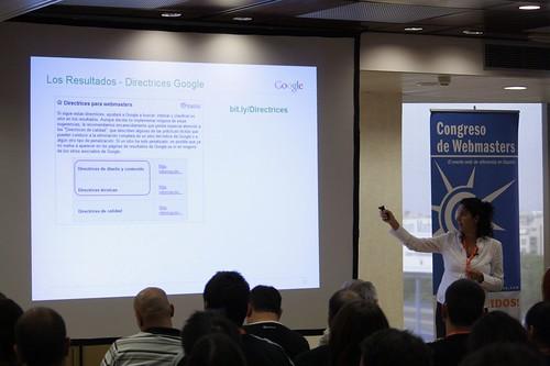 Esperanza Navas de Google explicando cosas webmaster tools, en el III Congreso de webmasters