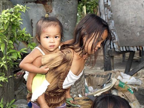 Cebu dump slum 013   Little girl on the dumpsite carrying