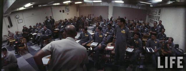 1972 Phi công B-52 họp nghe phổ biến công tác trước khi lên đường