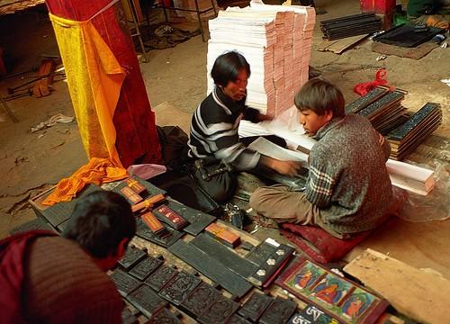 2004 buddhism tibet woodblockprinting tibetanethnicity janreurink བོད། བོད་ལྗོངས། སངས་རྒྱས་ཆོས་ལུགས། བོད་རིགས kyilkhorormandala དཀྱིལ་འཁོར། buddhistscripturesorpecha དཔེ་ཆ།ཆོས་དཔེ།