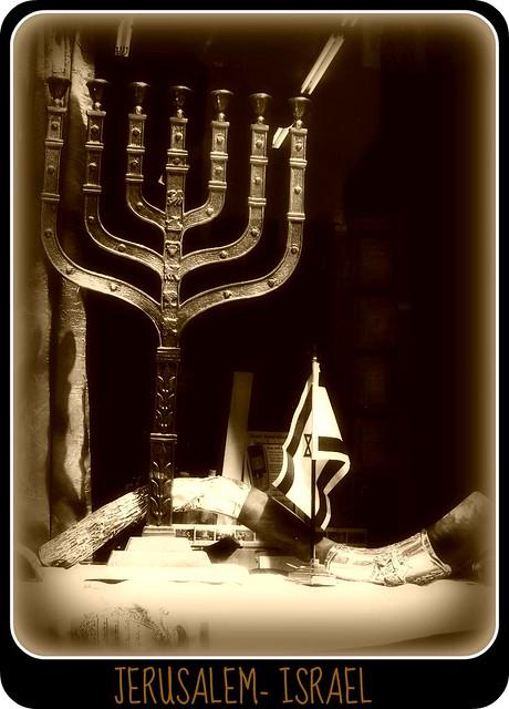 MENORÁ, SHOFAR, TALIT Y BANDERA DE ISRAEL EN UN NEGOCIO DE JERUSALEM.-
