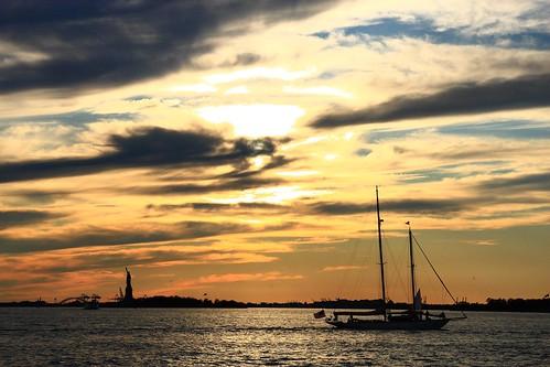 nyc sunset sky orange newyork boat barca tramonto batterypark statueofliberty statuadellalibertà platinumheartaward