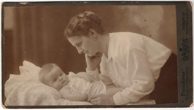 Anya gyermekével - mother with child - Mai és Társa fényképészek /photographers/ Budapest cca. 1910's