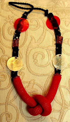 Colar com nó em crochet vermelho - necklace with a red not in crochet