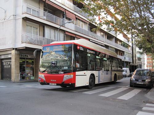 Autobus de TMB al carrer Santaló de Barcelona