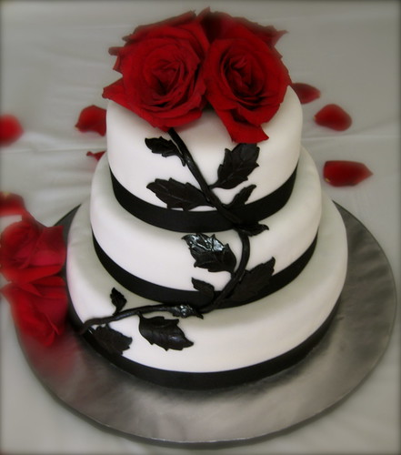 White Wedding Cake Red Roses Priseaden Cakes With