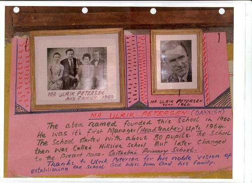 Foto af Ulrik Petersen med familie, som hønger på skolen. Ulrik Petersen startede Hillside School på hans forældres farm Hillside Farm. Efter Kenyas uafhængighed omdøbedes skolen til Githabai Primary School