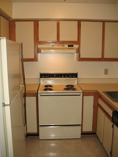 Foobella designs painting laminate kitchen cabinets for Before and after pictures of painted laminate kitchen cabinets