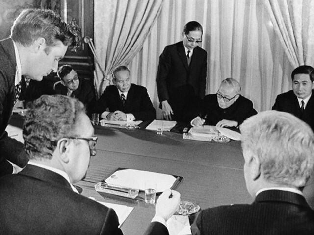 1973 - Kissinger va Le Duc Tho ky Hiep dinh Paris