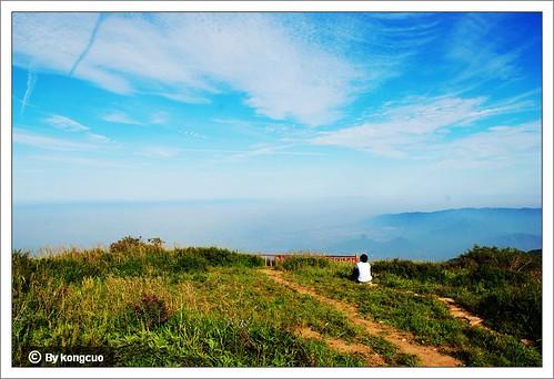 仰望阳台山上的蓝天白云