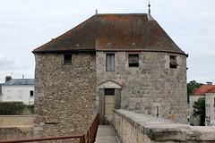Château de Dourdan: vue latérale d'une des 2 tours du châtelet
