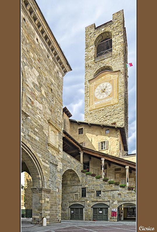 Bergamo, città alta - Piazza Vecchia, la Torre Civica (det ...