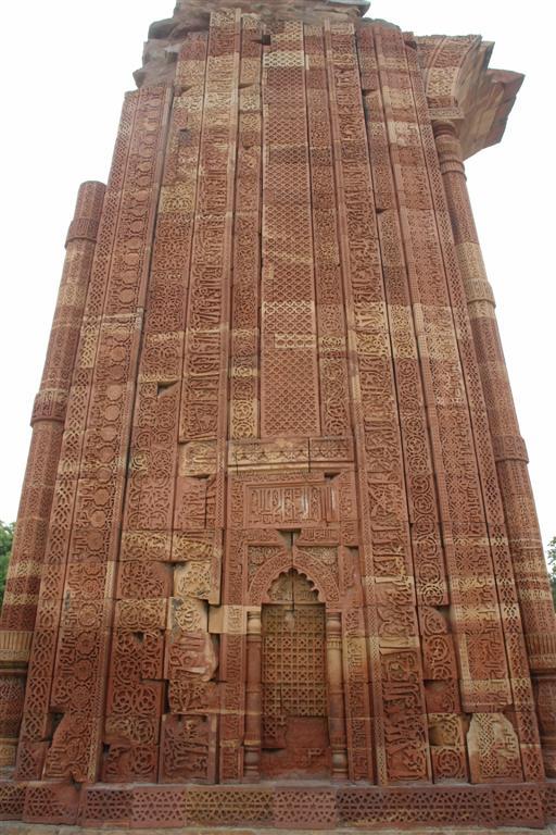 """El Quwwat-ul-Islam es un ejemplo único de la fusión de los hindúes y el arte islámico. El nombre de la mezquita literalmente significa """"Poder del Islam"""". También es conocida como la Mezquita Qutb o la Gran Mezquita de Delhi y fue la primera en ser construida en Delhi después de la invasión islámica de la India. Qutab Minar, la torre de piedra más alta de la India - 4177849231 0da8bbc702 o - Qutab Minar, la torre de piedra más alta de la India"""