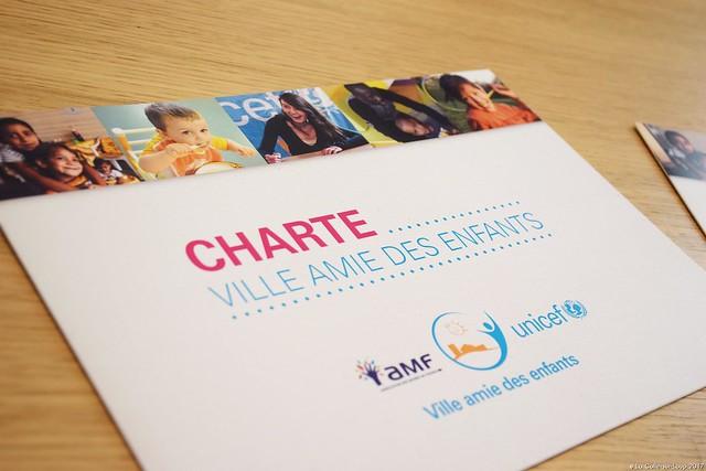 Jean-Bernard Mion, Maire de La Colle-sur-Loup, a signé ce vendredi 17 février la charte 'Ville amie des Enfants' en présence de Claude Fondecave, Président du Comité départemental de l'UNICEF, et d'une cinquantaine d'enfants des centres de loisirs et crèches de la commune.