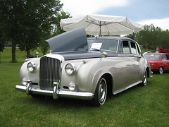 rolls-royce phantom vi(0.0), rolls-royce phantom v(0.0), automobile(1.0), automotive exterior(1.0), bentley s2(1.0), vehicle(1.0), bentley s1(1.0), rolls-royce silver cloud(1.0), full-size car(1.0), mid-size car(1.0), compact car(1.0), antique car(1.0), sedan(1.0), vintage car(1.0), land vehicle(1.0), luxury vehicle(1.0),