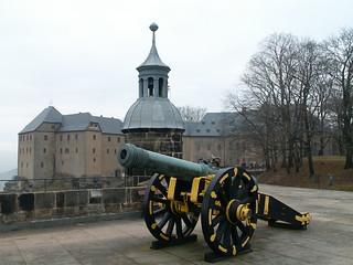 Geschütz und sächsiche Flagge auf der Festung Königstein 486