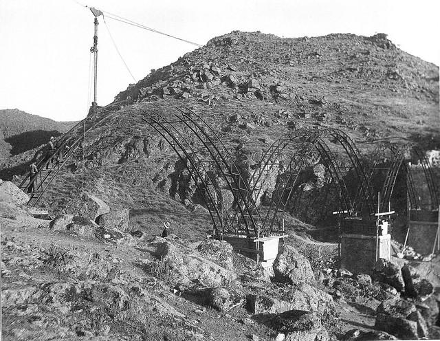Construcción del Puente sobre el Arroyo de la Degollada en Toledo hacia 1934. Foto de D. Pedro Román Martínez