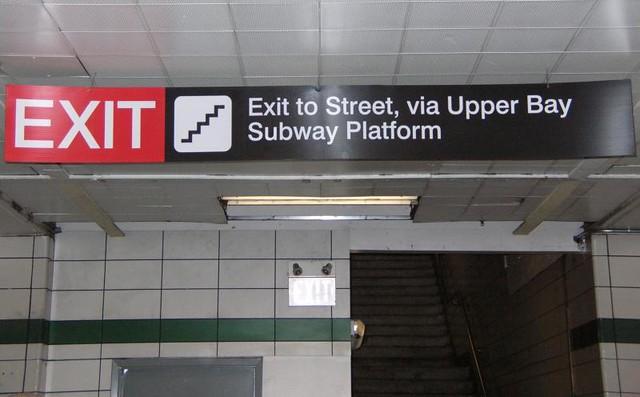 DO2007 15 - TTC - Lower Bay Station - exit signage to Upper Bay platform