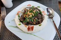 Arabska kolacja - wołowina w hummusie