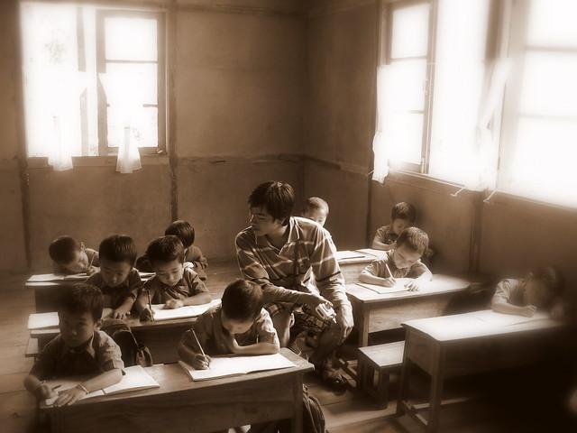 Med flippat klassrum görs den traditionella läxan i klassrummet –med läraren som professionell läxhjälp.