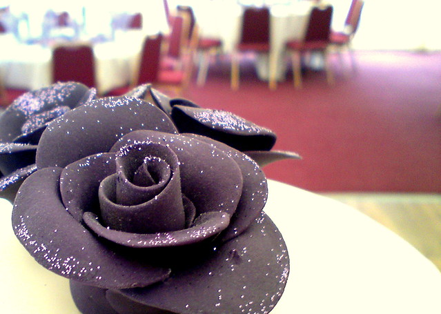 how to use edible glitter on fondant