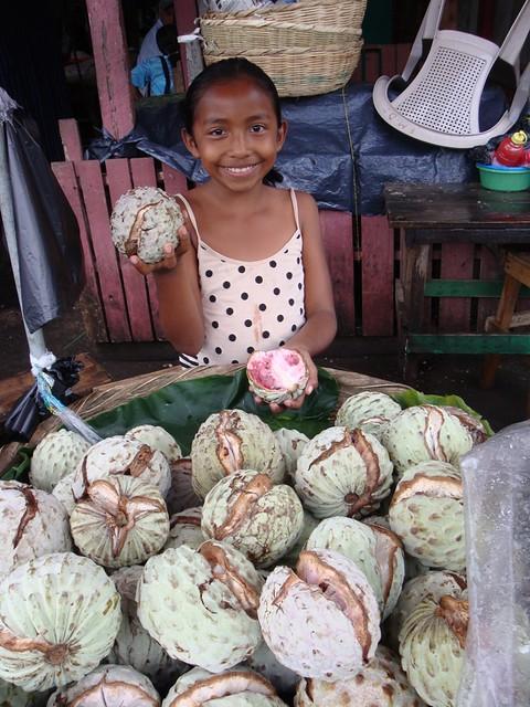 niña vendedora del mercado de juayua