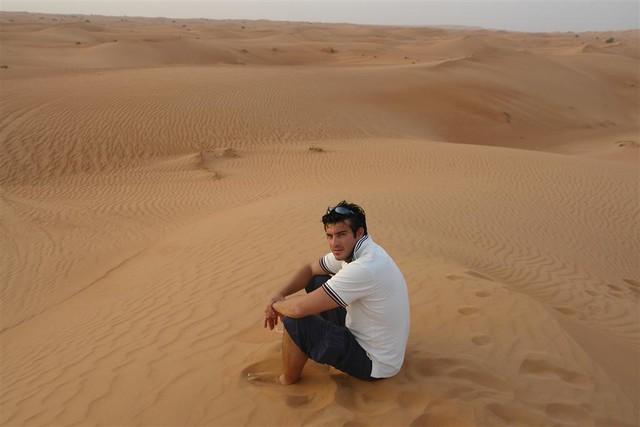 Las dunas del desierto de los Emiratos Árabes hay que disfrutarlas ... y la verdad que sentarse sobre lo alto de una de ellas, cerrar los ojos o mirar al lejano horizonte y sentir la brisa es una experiencia única. Dubai, imprescindible safari en 4x4 - 3840513638 6f922c0e11 z - Dubai, imprescindible safari en 4×4