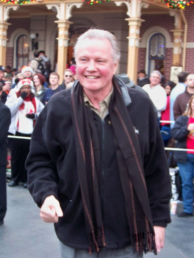 Jon Voight meets people waiting for the Candlelight Processional & Ceremony