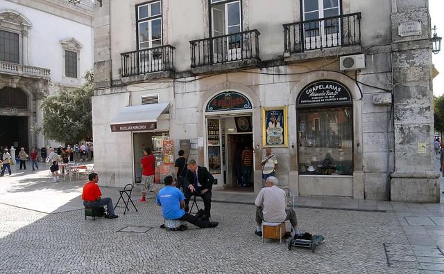 Limpiabotas frente al despacho de Ginjinha en el Rossio.