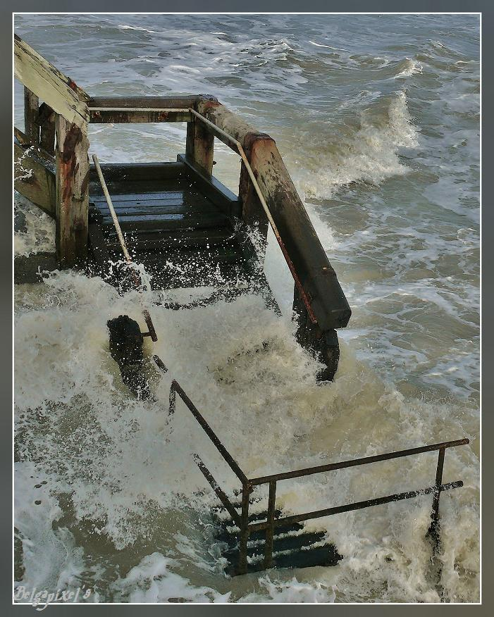 BLANKENBERGE: Tempête sur l'escalier de l'estacade...Storm on the staircase of the pier...