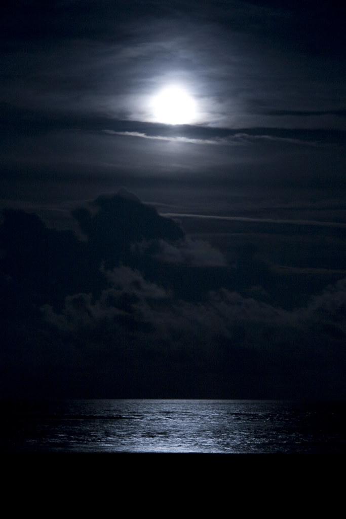 1366x768 red moon ocean - photo #28