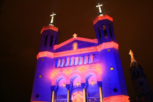 immagine Basilique de Fouvière illuminata per la festa delle luci Lione