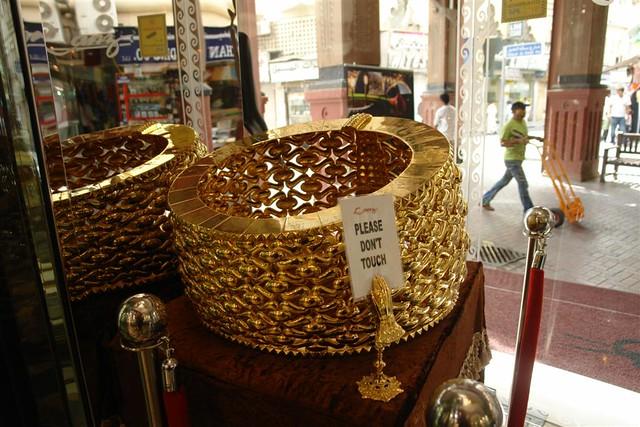 En una tienda del Zoco de Duba está el Record Guinness anillo de oro más grande que existe