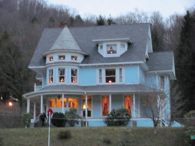 Bramwell wv 2009 christmas tour this beautiful victorian for Home builders in wv