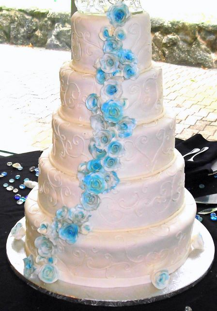 wedding cake with blue roses blue wedding cake almond cake with amaretto filling 26830