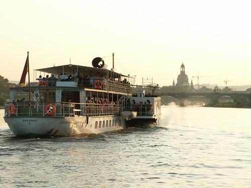 Quinbus Flestrin beginnt ferner gegenwärtig eine Reise mit dem Dampfschiff der Dresdner Dampfschifffahrt von Dresden nach Blefuscu 363
