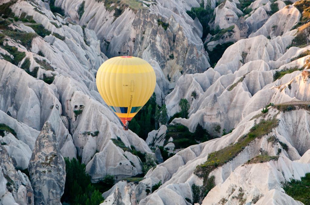 カッパドキアに浮かぶ気球の上空から眺めた風景