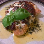 Hähnchenschnitzel mit Mozzarella, Tomatenpaste und Basilikum