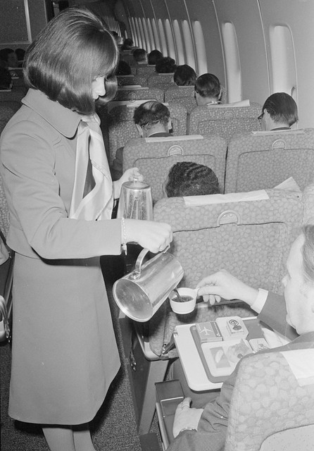 Stewardess schenkt koffie op een vlucht naar Rome / Stewardess serves coffee on a flight to Rome from Flickr via Wylio