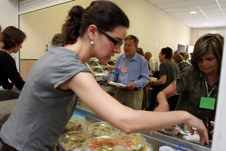 Dinant amb altres companys voluntaris / Comiendo con otros compañeros voluntarios
