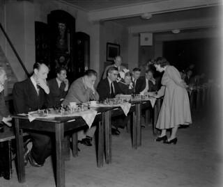 09-28-1950_08251 Fenny Heemskerk schaakt