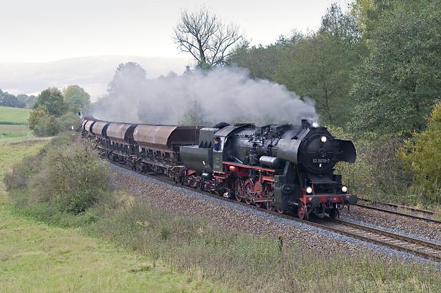 74. 52 8079 met DGz 93354 van Meiningen naar Marksuhl bij Oberrohn 24-10-2009.jpg