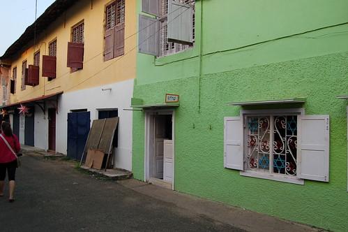Eine Strasse im jüdischen Viertel von Cochin, am Fenster Davidssterne, an der Haustür hebräische Schriftzeichen