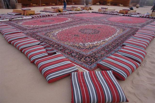 Gigantesca alfombra persa en medio del desierto para la cena espectáculo de la noche. Dubai, imprescindible safari en 4x4 - 3839726979 b728e4c37c z - Dubai, imprescindible safari en 4×4