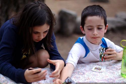 siblings playing card games    MG 4193