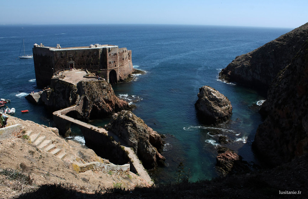 Le Fort des Berlengas, la plus belle et ancienne habitation de l'archipel. Si j'avais l'ADSL là, ça ne me déplairait pas de vivre ici! Le fort est le point de réunion des plongeurs, qui visitent les fonds marins.