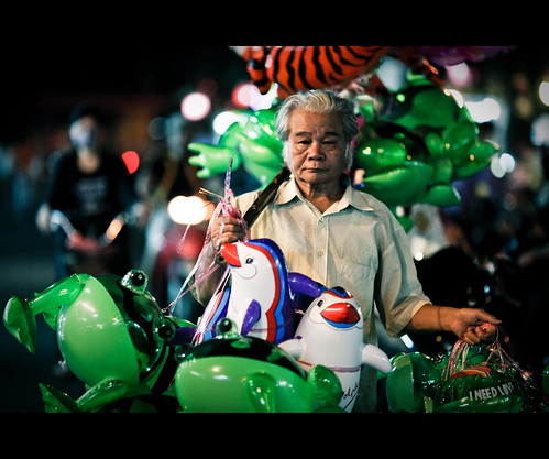 night candid balloon vietnam streetphoto cinematic ef135mmf2l canon5dmarkii