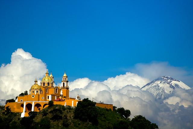 Iglesia y Popocatepetl por Ismael Alonso