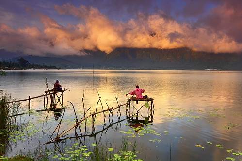 light bali mountain lake reflection nature water clouds sunrise indonesia landscape fisherman lotus efs1022mm bedugul ulundanu outdoorphotography candikuning canoneos50d tropicaliving hitechfilters rawproccessedwithdigitalphotopro tiffproccessedwithadobephotoshopcs3 wonderfulmorningviewatberatanlakeside