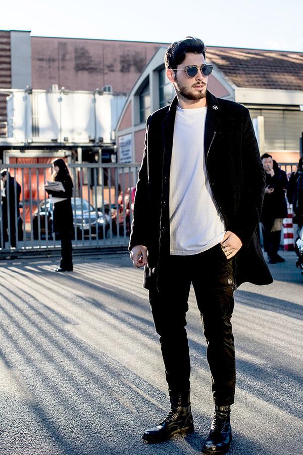 黒ブルゾンコート×白Tシャツ×黒カーゴパンツ×黒レースアップブーツ